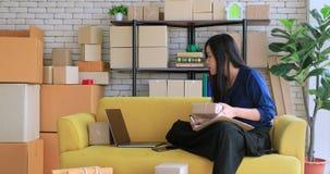 亚裔妇女在产品商店 股票录像