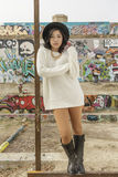 亚裔妇女在公开街道画墙壁的生活方式地点 图库摄影