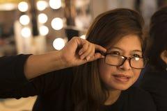 亚裔妇女在化装室 图库摄影