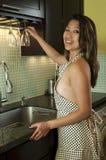 亚裔妇女在厨房里 免版税库存照片