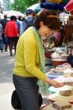 亚裔妇女在谷物市场上 图库摄影