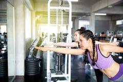 亚裔妇女在锻炼前舒展 延长妇女 免版税库存照片