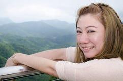 亚裔妇女微笑的自然坦率在愉快的室外画象 免版税库存照片