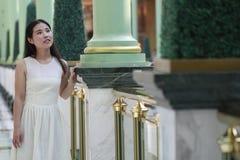亚裔妇女愉快地起来她顶头微笑看 免版税图库摄影