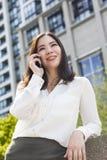 亚裔妇女或女实业家谈话在手机 免版税库存照片