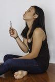 亚裔妇女抽烟的和喘气的电子香烟 图库摄影