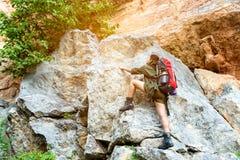 亚裔妇女旅客或远足与背包登山湖和山背景夏天室外远征的假期 库存照片