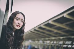 亚裔妇女旅客有激发与旅行乘火车 库存图片