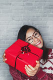 亚裔妇女是愉快接受礼物盒 库存照片