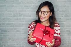 亚裔妇女是愉快接受礼物盒 免版税库存图片