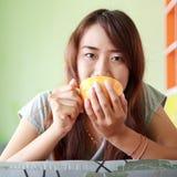 亚裔妇女松弛热的咖啡 免版税库存照片