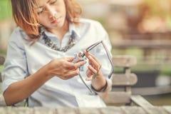 亚裔妇女清洗玻璃 免版税图库摄影