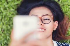 亚裔妇女照片是愉快的 免版税库存图片