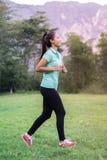亚裔妇女用尽健康的健身 免版税库存照片