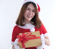 亚裔妇女画象在圣诞老人礼服在白色背景 免版税库存照片