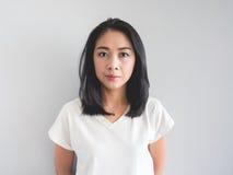 亚裔妇女的不显现表情的脸 图库摄影
