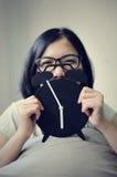 亚裔妇女的幸福有她的老鼠闹钟前面的  图库摄影