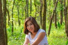 亚裔妇女纵向 绿色树背景  图库摄影