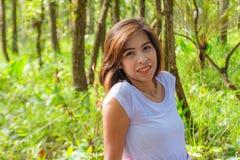 亚裔妇女纵向 绿色树背景  库存照片