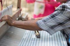 亚裔妇女编织 免版税图库摄影