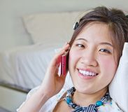 亚裔妇女谈话在电话 免版税库存照片