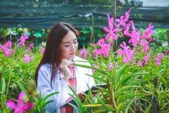 亚裔妇女,植物研究员 免版税图库摄影