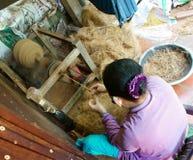 亚裔妇女,椰子须根,材料,传统产品 库存图片