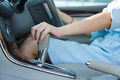 亚裔妇女,年轻女性驾驶 免版税库存照片