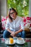 亚裔妇女寻找 免版税图库摄影
