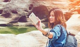 亚裔妇女寻找 免版税库存照片