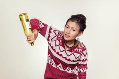 亚裔妇女阻止一个空的瓶, 免版税库存照片