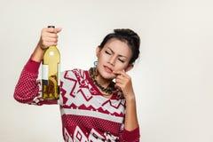 亚裔妇女阻止一个空的瓶 免版税图库摄影