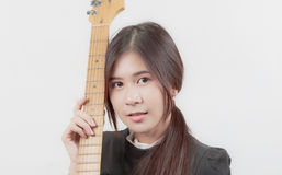 年轻亚裔妇女画象喜欢弹吉他 免版税库存图片