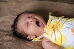 亚裔婴孩出生的女孩新打呵欠 免版税库存图片