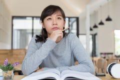 亚裔学习在学校的女孩女性少年 学生读的b 库存图片