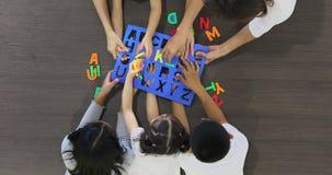 亚裔学生一起演奏字母表信件玩具 股票视频