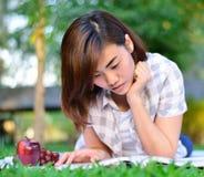 年轻亚裔学生读 图库摄影