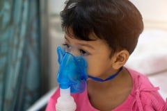 亚裔孩子男孩3岁有病残在雾化器面具 免版税库存图片