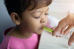 亚裔孩子男孩3岁有病残在雾化器面具 库存照片