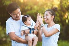 亚裔家庭一起使用父亲母亲和的女儿 免版税库存照片