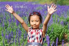 亚裔小女孩在夏天庭院里 免版税库存照片
