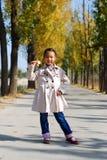 亚裔小女孩在秋天 库存图片