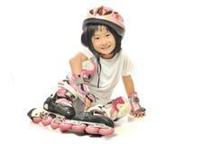 亚裔小女孩演奏直排轮式溜冰鞋 免版税库存照片