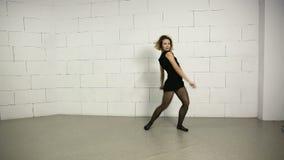 亚裔少妇在现代的演播室和街道芭蕾舞蹈艺术爵士乐恐怖跳舞 股票录像