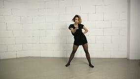 亚裔少妇在现代的演播室和街道芭蕾舞蹈艺术爵士乐恐怖跳舞 股票视频