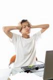 亚裔少年得到与计算机混淆 免版税库存照片
