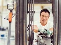 亚裔工作者在工厂地板上的生产设备 库存图片