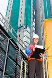 亚裔工作者或监督员建筑工地的 免版税图库摄影