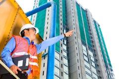 亚裔工作者或监督员建筑工地的 免版税库存照片