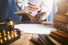 亚裔年轻律师在葡萄酒私有法庭 免版税库存图片